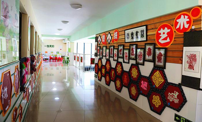 这是一所大型公立幼儿园,新开园短短三四年就达到了北京市一级一类幼儿园,实力自不必多说,但像前面那位朋友说的都是领导或有关系的人才能进甚至抹黑幼儿园,就太不公平了。无论哪个幼儿园都有容量限制,不可能所有人都能进,也自然有它一套筛选的规则,不符合条件的肯定不容易进去,如果因为自己不符合条件没能进去就抹黑,就太不负责任了,对自己也是一种贬低。