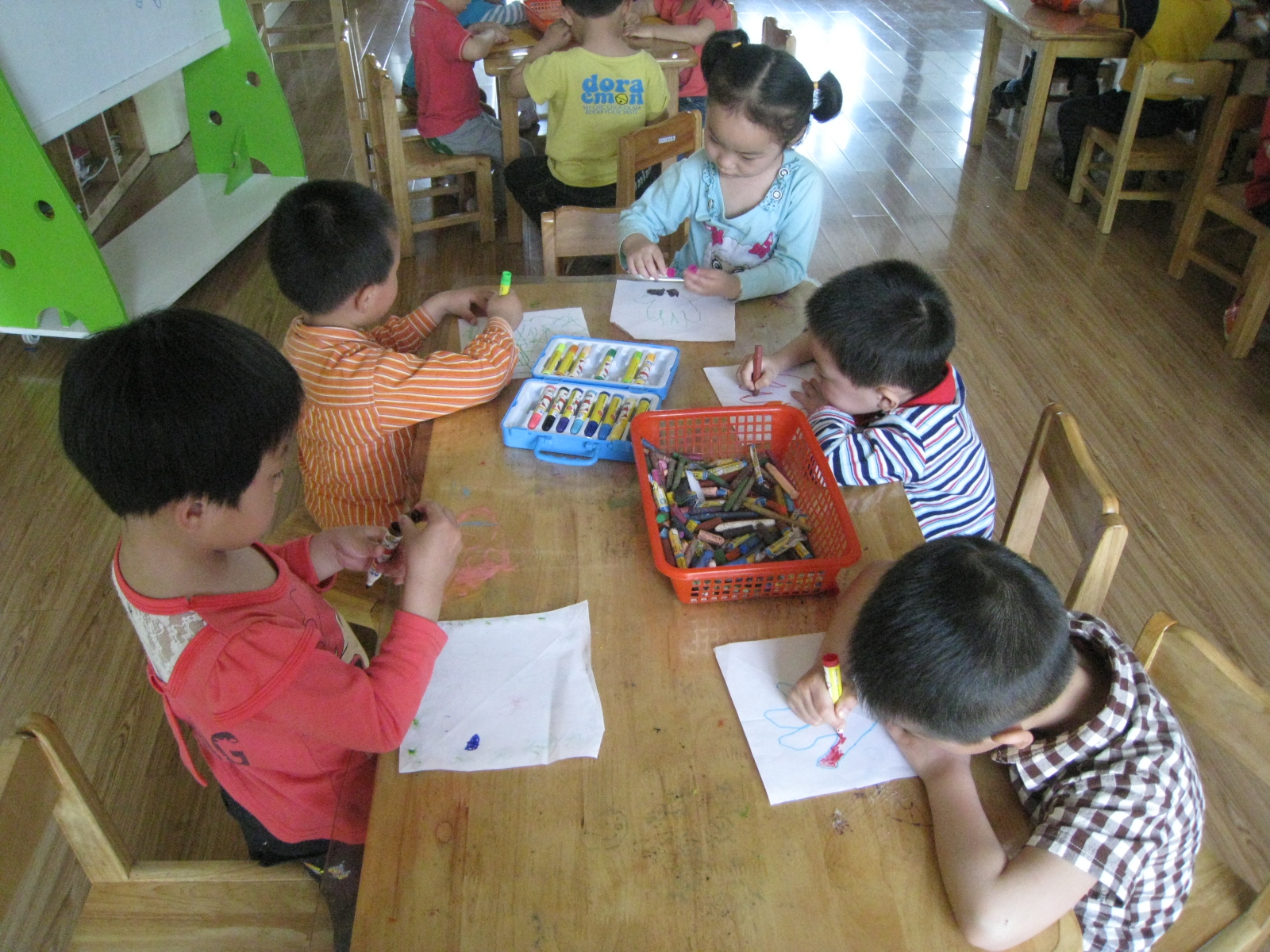 幼儿园的小朋友不会画画衣服图