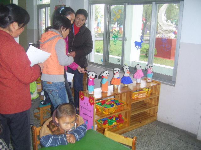 幼儿园区域活动进区卡编织班